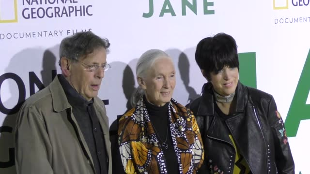 vídeos y material grabado en eventos de stock de philip glass jane goodall and diane warren at the premiere of national geographic documentary films' 'jane' at the hollywood bowl on october 09 2017... - diane warren