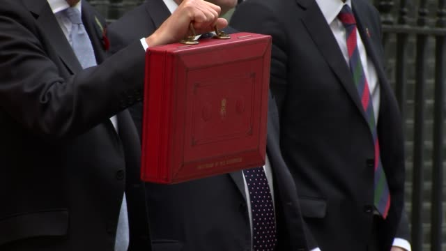 london westminster downing street philip hammond mp and treasury team no 11 photocall with budget box and departure - フィリップ ハモンド点の映像素材/bロール