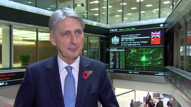 vídeos de stock, filmes e b-roll de philip hammond interview and opening stock exchange england london int philip hammond mp interview sot / int gvs philip hammond opening london stock... - bolsa de valores de londres