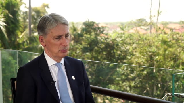 vídeos de stock, filmes e b-roll de philip hammond on the possibility of a 'deal dividend' in the event of a 'good [brexit] deal for britain' - produto interno bruto