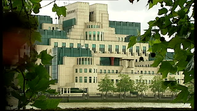 philip hammond says terror 'apologists' are partly responsible for violence; r21091003 / vauxhall: mi6 building union jack flag flying - mi6点の映像素材/bロール