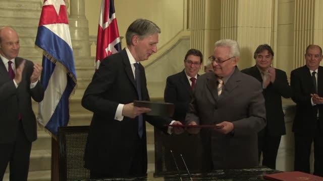vídeos y material grabado en eventos de stock de philip hammond se convirtio en el primer jefe de la diplomacia britanica en visitar la isla desde 1959 y firmo acuerdos de cooperacion en energia... - diplomacia