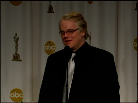 vídeos y material grabado en eventos de stock de philip seymour hoffman on 'gay chic' and not taking on a role because of their sexual orientation but on bringing out the character's true heart and... - truman capote