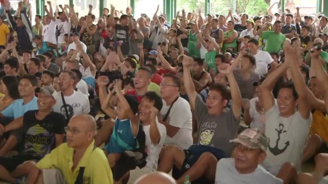 vídeos de stock, filmes e b-roll de philippine boxing fans erupt in cheers and tears of joys as they watch manny pacquiao knock out argentinian boxer lucas matthysse shattering doubts... - filipino