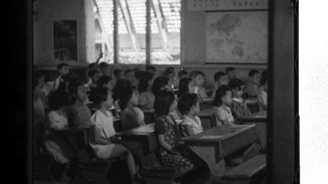 vidéos et rushes de philippine boys and girls learning japanese at a local elementary school. school children answering their teacherís questions in japanese. - professional occupation