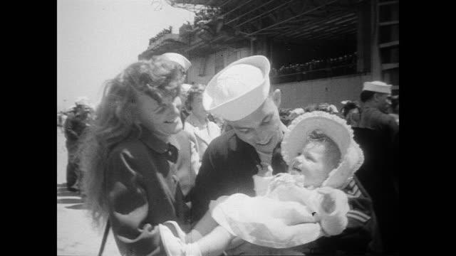 vídeos y material grabado en eventos de stock de philippine sea arrives at port in san francisco carrying korean war veterans / happy soldiers leave the ship / soldiers reuniting with families.... - 1951