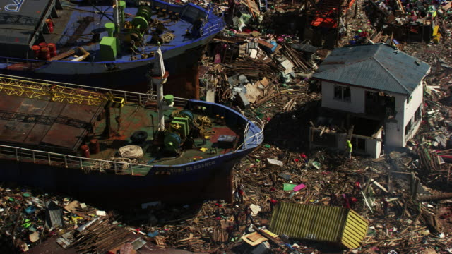philippines: beached boat and people cleaning - gestrandet stock-videos und b-roll-filmmaterial