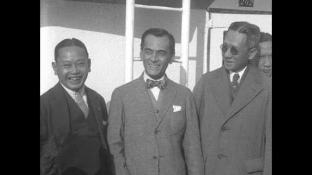 vídeos de stock, filmes e b-roll de philippines senate president manuel quezon and colleagues on ship deck / quezon smiling / note: exact month/day not known - gravata borboleta