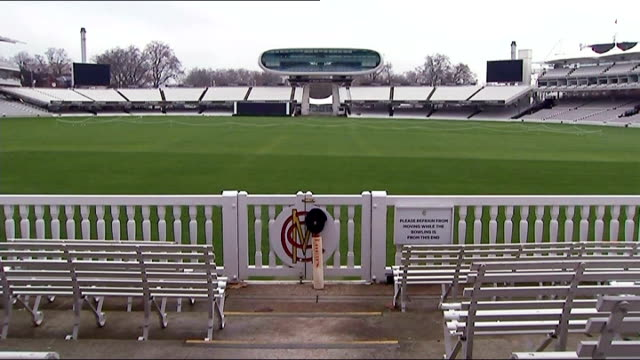 vídeos de stock e filmes b-roll de 'put out your bats' tributes england london lord's cricket ground ext lord's cricket bat and cap leaning against pavilion fence at lords - casa de jardim