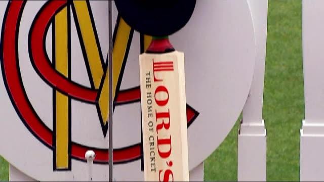 vídeos de stock e filmes b-roll de 'put out your bats' tributes lord's cricket bat and cap leaning against pavilion fence at lords - casa de jardim