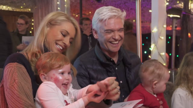 phillip schofield and tess daly attend the launch event for storysign – a new app developed by huawei to help deaf children learn to read with their... - フィリップ スコフィールド点の映像素材/bロール