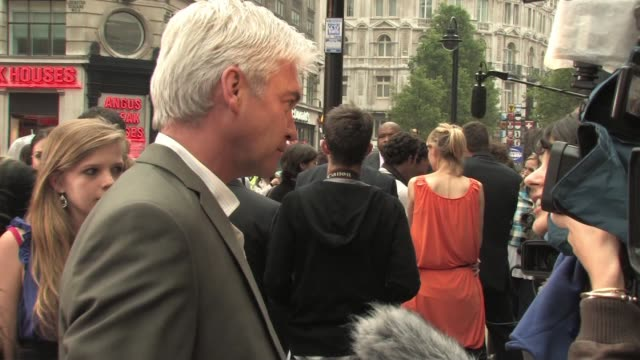 phillip schofield at the jonas brothers: the 3d concert experience - uk premiere at london england. - フィリップ スコフィールド点の映像素材/bロール