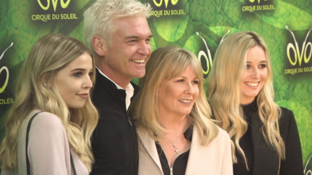 phillip schofield, stephanie lowe, molly lowe, ruby lowe at 'ovo - cirque du soleil' uk premiere on january 10, 2018 in london, england. - フィリップ スコフィールド点の映像素材/bロール
