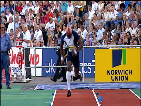 stockvideo's en b-roll-footage met phillips idowu jumps 17m47 to win men's triple jump, 2004 crystal palace athletics grand prix, london - kleurtoon