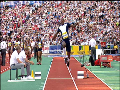 stockvideo's en b-roll-footage met phillips idowu men's triple jump, 2004 crystal palace athletics grand prix, london - kleurtoon