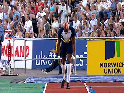stockvideo's en b-roll-footage met phillips idowu on runway, deep in concentration, preparing to jump, men's triple jump, 2004 crystal palace grand prix, london - kleurtoon