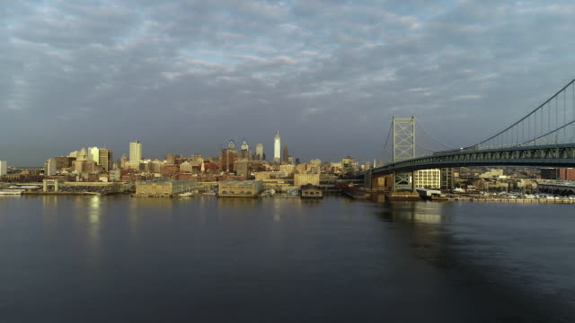 philly skyline morning south side of ben franklin bridge - デラウェア川点の映像素材/bロール