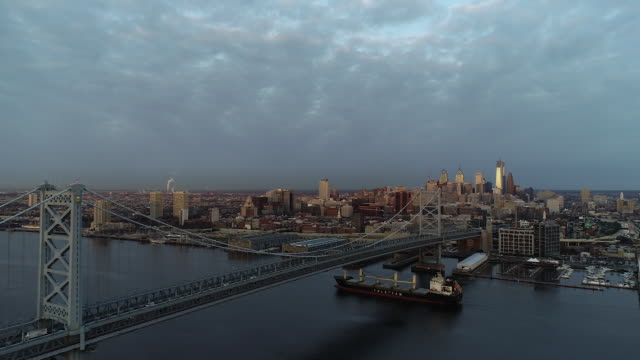 philly skyline sunrise drone with container ship in river - デラウェア川点の映像素材/bロール