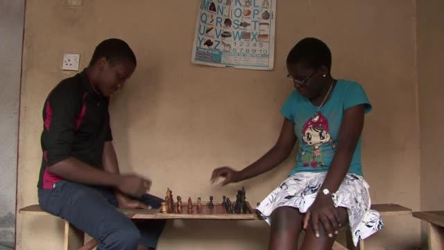 phiona mutesi tiene 16 anos y es jugadora de ajedrez. voiced : la nina ajedrecista de uganda on february 03, 2013 in kampala, uganda - kampala stock videos & royalty-free footage