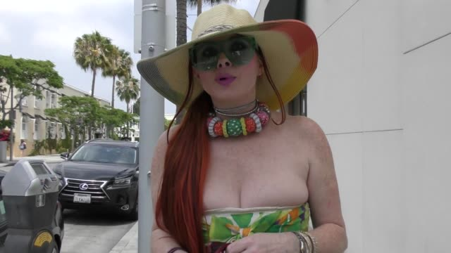 vidéos et rushes de interview phoebe price talks about kate spade's suicide while shopping in beverly hills in celebrity sightings in los angeles - suicide