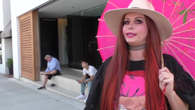 vidéos et rushes de phoebe price talks about the end of the world predictions while shopping in beverly hills in celebrity sightings in los angeles, - apocalypse