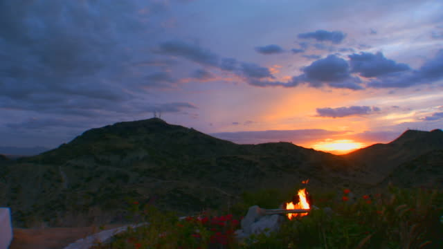 phoenix, arizonacamp fire with sun setting in back ground - lagerfeuer stock-videos und b-roll-filmmaterial
