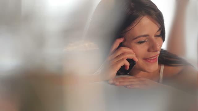 stockvideo's en b-roll-footage met phone bed girl          li cm - aanbellen