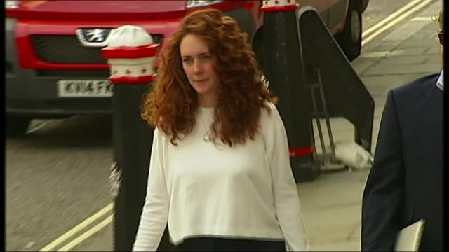 cps to stop criminal investigations 2462014 / r24061407 england london old bailey rebekah brooks and husband charlie brooks arrival at phone hacking... - レベッカ ブルックス点の映像素材/bロール