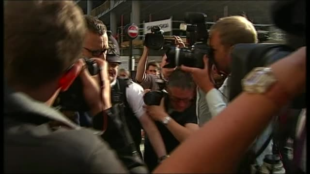 cps to stop criminal investigations 2462014 / r24061424 andy coulson departs and through press scrum into cab / the sun and news of the world flags... - スクラム点の映像素材/bロール