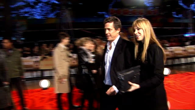 phone hacking scandal: further news of the world journalist arrested; 8.12.2009 / r08120901 london: leicester square: night hugh grant along with... - 不祥事点の映像素材/bロール
