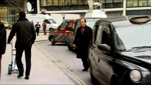 stockvideo's en b-roll-footage met steve coogan settles claim with news of the world arrivals at court england london fetter lane rolls building photography *** arrival of mark lewis /... - steve coogan