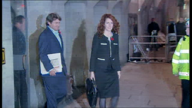 jurors chosen old bailey photography*** rebekah brooks and husband charlie brooks leaving court and into taxi - レベッカ ブルックス点の映像素材/bロール