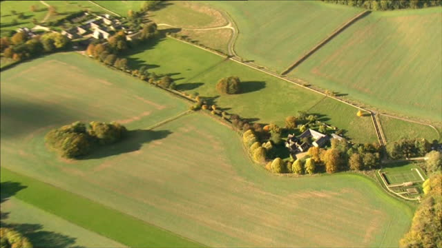 vídeos de stock e filmes b-roll de charlie brooks gives evidence lib oxfordshire nr chipping norton air view aerial of brooks' country home - chipping norton england