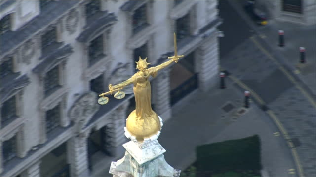 jury given instructions; air view scales of justice statue above old bailey court - 正義の天秤点の映像素材/bロール