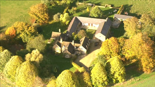 vídeos de stock e filmes b-roll de jury given instructions gloucestershire chipping norton home of rebekah and charlie brooks - chipping norton england
