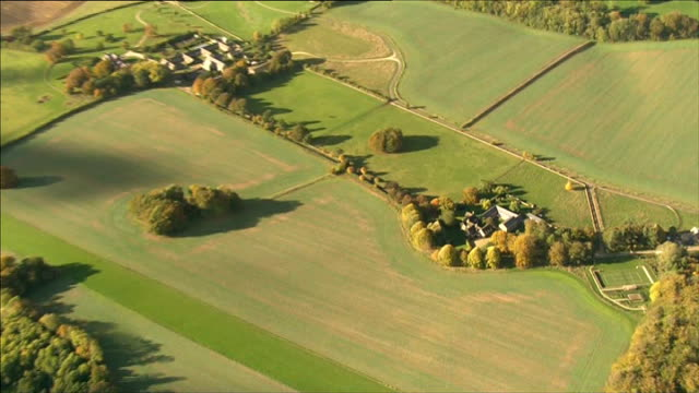 vídeos de stock e filmes b-roll de rebekah brooks gives second day of evidence; lib oxfordshire: nr chipping norton: air view - aerial of brooks' country home - oxfordshire