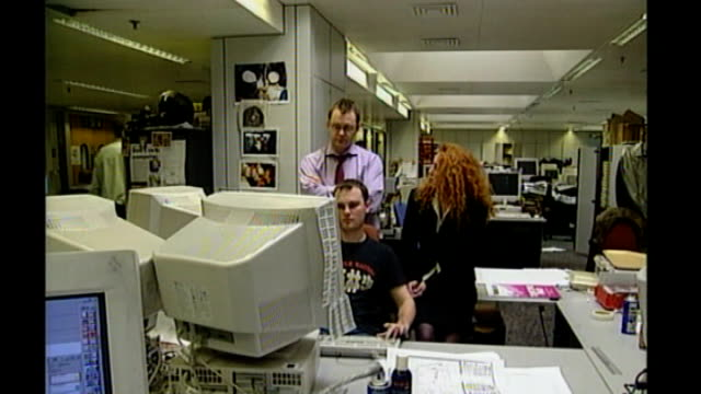 stockvideo's en b-roll-footage met rebekah brooks gives second day of evidence bsp070401008 / tx various shots of rebekah brooks andy coulson and unidentified man looking at computer... - 2001