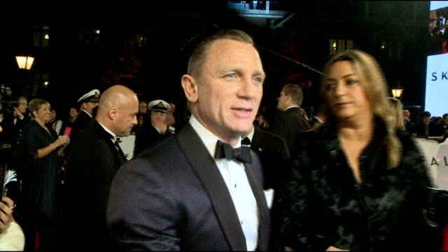 vídeos de stock, filmes e b-roll de sienna miller gives evidence; lib / london: daniel craig at film premiere for 'skyfall' - série de filmes do james bond