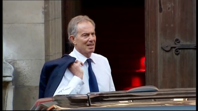 tony blair offer to act as informal advisor to rebekah brooks lib / tx high court wide shot tony blair out of car and posing as arrives at leveson... - レベッカ ブルックス点の映像素材/bロール