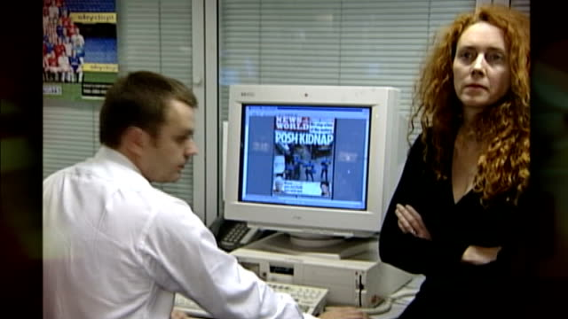 trial learns of affair between rebekah brooks and andy coulson r03110201 / london int various shots andy coulson and rebekah wade around desk looking... - レベッカ ブルックス点の映像素材/bロール
