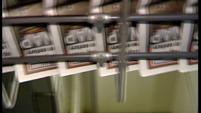 vídeos de stock, filmes e b-roll de trinity mirror issues apology; unidentified newspapers on newpaper presses / - publicação