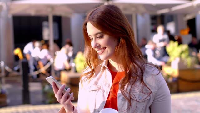 stockvideo's en b-roll-footage met telefoonbericht in de stad. mooie jonge vrouw. - ingesproken bericht