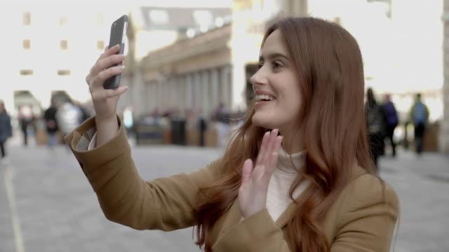 vidéos et rushes de téléphone voip appel dans la ville. - voip