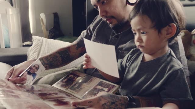 foto einer asiatischen familie - menschlicher finger stock-videos und b-roll-filmmaterial