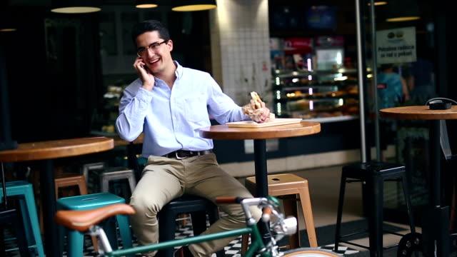 foto av en stilig man med cykel med smartphone - ansvarsfullt företagande bildbanksvideor och videomaterial från bakom kulisserna