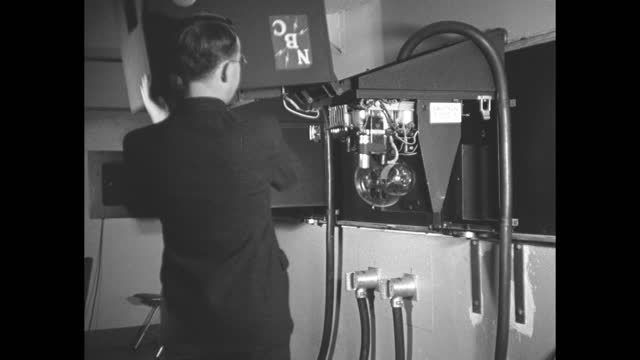 vidéos et rushes de photo opportunity of oscar b. hanson, nbc broadcast engineer, another man, and probably vladimir zworykin, russian inventor of the iconoscope,... - nbcuniversal