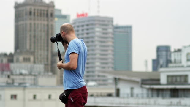 photo reporter in big city - photojournalist stock videos & royalty-free footage