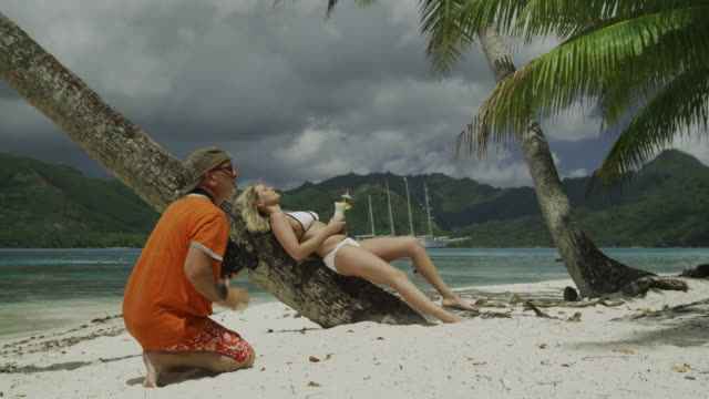 photo shoot on the beach - isola di tahaa video stock e b–roll