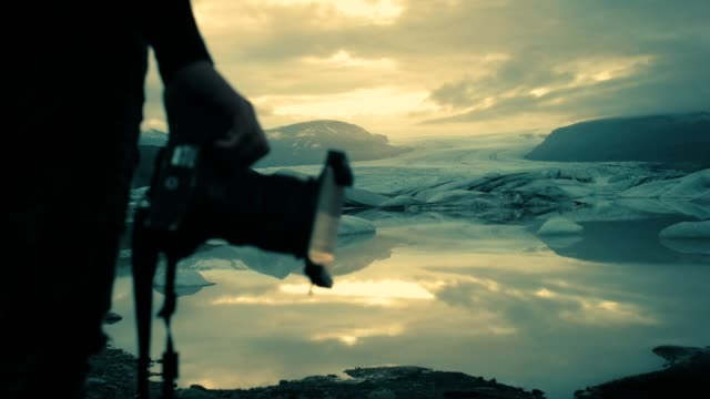 fotograf bei gletscherlagune. sonnenuntergang - fotograf stock-videos und b-roll-filmmaterial