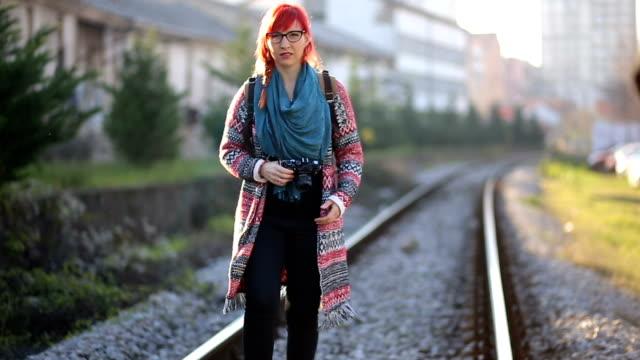 vídeos de stock, filmes e b-roll de garota de fotógrafo, manchando os trens - fora de moda estilo